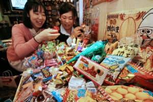 1時間500円で駄菓子が食べ放題の「A-55」は20~30代の大人でにぎわう(大阪市北区)