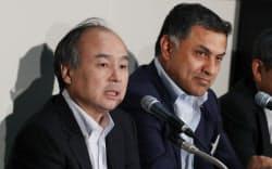 決算発表するソフトバンクグループのニケシュ・アローラ副社長(右)と孫社長(10日午後、東証)