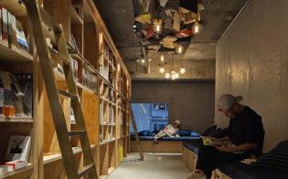 東京・池袋にある 「BOOK AND BED TOKYO」は、大きな本棚の奥にベッド空間を備える
