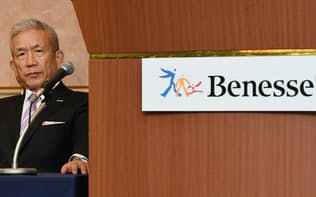 ベネッセHDの2015年度決算説明会で退任を表明した原田会長兼社長(11日午後、東京都中央区)
