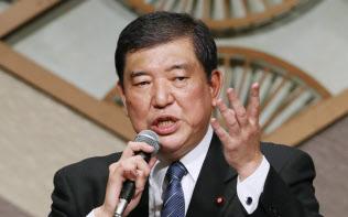 派閥パーティーで講演した石破氏は「本来の政策集団の姿をめざす」と強調した(11日午後、東京都千代田区)