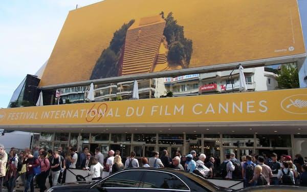 主会場のパレ・デ・フェスティバル。今年の公式ポスターはジャン=リュック・ゴダール監督「軽蔑」の一場面