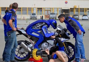 米カリフォルニア州の試験場ではロボットライダー「「MOTOBOT(モトボット)」の走行実験が進む