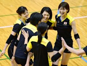 バレーボール女子日本代表の木村主将(右)は世界最終予選兼アジア予選が「厳しい試合になる」と語る=共同