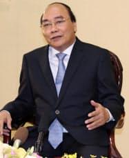 インタビューに答えるベトナムのグエン・スアン・フック首相(14日、ハノイ)
