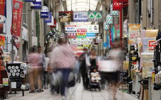 看板がずらりと並ぶ、せんば心斎橋筋商店街。買い物客らの往来が絶えない