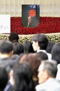 蜷川幸雄さんの葬儀・告別式で、一般のファンのために特設された祭壇(16日、東京都港区の青山葬儀所)=共同