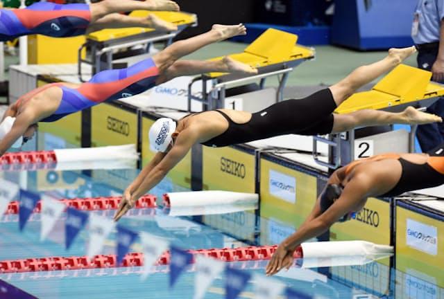 競泳日本選手権の女子200メートル個人メドレー決勝でスタートする選手(4月、東京辰巳国際水泳場)