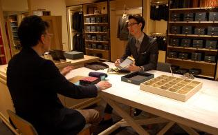 青山商事が展開する「ユニバーサルランゲージ」のオーダー売り場では1000種類以上の生地見本をそろえる(東京都新宿区)