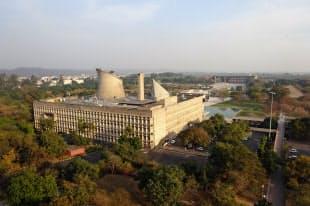インド・チャンディガールの議会棟(左)と高等裁判所(右)=文化庁提供