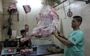 水牛肉を売るが、牛肉が扱えなくなり、販売数量が減った(ムンバイ市中部バンドラ地区の食肉店)