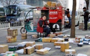 路上に並べられたネット通販などの荷物