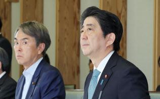 経済財政諮問会議であいさつする安倍首相(18日午後、首相官邸)
