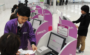 LCCの利用に変化が起こる可能性も(関西国際空港のピーチのチェックインカウンター)