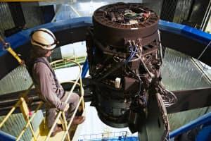 HSC(Hyper Suprime-Cam)は国際協力で開発した世界一大きな超高感度デジタルカメラだ。レンズを組み込んだ鏡筒は直径1m、長さ165cm、総重量約3トン。レンズは大きなものでは直径82cm、使用する超高感度CCDは約8億7000万画素(写真提供:国立天文台/HSCプロジェクト)