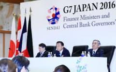 G7財務相会議を終え、記者会見する(右から)黒田日銀総裁と麻生財務相(21日午後、仙台市太白区)