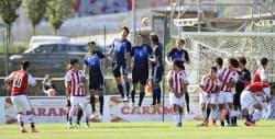 日本―パラグアイ 後半、相手FKが壁を越え勝ち越しを許す(21日、オバーニュ)=共同