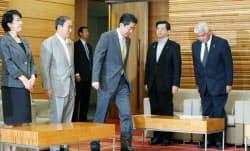閣議に臨む安倍首相(24日午前、首相官邸)