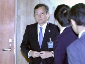 首相官邸に入る斎木外務次官(24日午前)