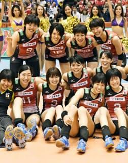 リオ五輪出場を決め、記念撮影するバレー女子日本代表ら=共同