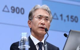16年度の業績見通しを発表するソニーの吉田副社長(24日午後、東京都港区)