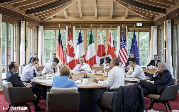 2015年のエルマウ・サミット。首脳の後方に各国シェルパらの姿がみえる(ドイツ政府提供)