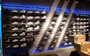 日本にあるアディダスの旗艦店では「スーパースター」などの定番スニーカーも扱う