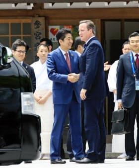 伊勢神宮でキャメロン英首相を出迎える安倍首相(26日午前、三重県伊勢市)