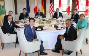 ワーキングランチに臨む安倍首相(手前)ら各国首脳(26日午後、三重県志摩市の志摩観光ホテル)