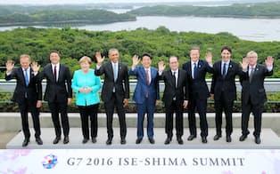 伊勢志摩サミットの記念写真に納まる(左から)トゥスクEU大統領、イタリアのレンツィ首相、ドイツのメルケル首相、オバマ米大統領、安倍首相、フランスのオランド大統領、キャメロン英首相、カナダのトルドー首相、ユンケル欧州委員長(26日午後、三重県志摩市の志摩観光ホテル)=代表撮影