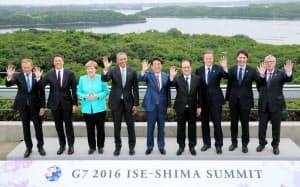 伊勢志摩サミットの記念写真に納まる安倍首相ら(26日午後、三重県志摩市の志摩観光ホテル)=代表撮影