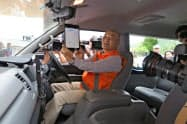 タブレットを使いウーバーのシステムを見せる住民ドライバー(京都府京丹後市)