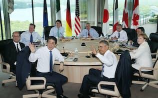 G7サミット・ワーキングセッションに臨む安倍首相(手前左)、オバマ米大統領(同右)と(左から時計回りに)オランド仏大統領、キャメロン英首相、トルドー加首相、ユンケル欧州委員長、欧州連合のトゥスク大統領、レンツィ伊首相、メルケル独首相(27日午前、三重県志摩市)