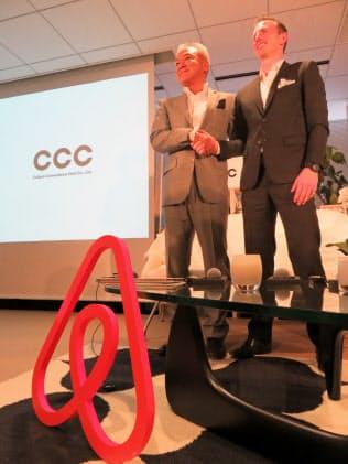 提携を発表したCCCの増田宗昭社長(左)とAirbnbのジョー・ゲビア共同創設者(27日、東京都渋谷区)