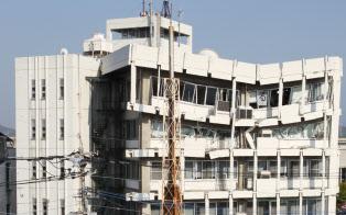 熊本地震の建物被害は大分県を含めると10万棟を超えた(地震で壊れた宇土市役所、4月19日)