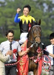 第83回日本ダービーを制したマカヒキと川田将雅騎手(東京競馬場)=共同