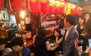 「ネオ酒場」には男女を問わず多くの人が集う(5月下旬、渋谷区の「恵比寿横丁」)