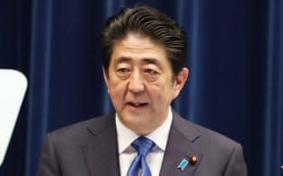 記者会見する安倍首相(1日午後、首相官邸)