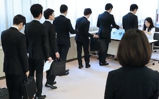 採用面接の受付に並ぶ就活生(1日、東京都渋谷区)