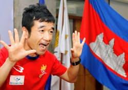 リオ五輪男子マラソンのカンボジア代表発表記者会見で、トレードマークの「ニャー」のポーズをとる猫ひろしさん(3日、プノンペン)=共同