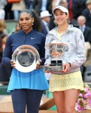 女子シングルスで初優勝し、トロフィーを手に準優勝のセリーナ・ウィリアムズ(左)と写真撮影に応じるガルビネ・ムグルサ(4日、パリ)=共同