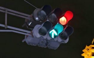 世界で最初に点灯した青緑LED矢印灯器(名古屋市中区の市役所前交差点)