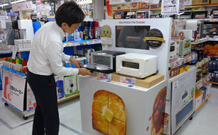 ビックカメラ有楽町店(東京・千代田)では、バルミューダのトースターが来店者の目を引く