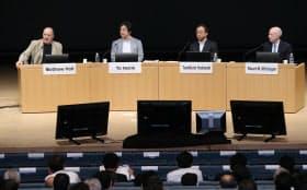 「ヘルステックが拓く新ビジネス」をテーマに討論する(左から)ヘルス2.0のマシュー・ホルト共同会長、メドピアの石見陽社長、日本IBMの吉崎敏文執行役員、米ジョンソン・エンド・ジョンソンのスチュアート・マクギガンCIO(7日午後、東京・大手町)