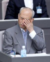 都議会で代表質問を聞く舛添都知事(7日)