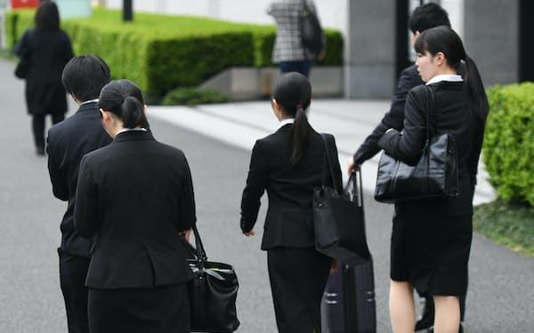 正社員や非正規の垣根のない多様な働き方は実現するか(オフィス街を歩く就活生、東京・丸の内)
