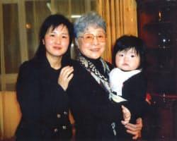ひ孫を抱く横田早紀江さん(中)と孫のキム・ウンギョンさん(2014年3月、ウランバートル)=有田芳生参院議員事務所提供