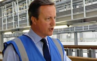 日立製作所の鉄道車両工場を視察したキャメロン首相(9日、英北部ニュートン・エイクリフ)