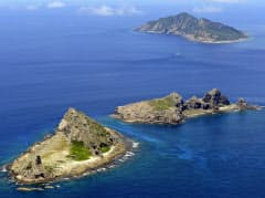 沖縄県・尖閣諸島。手前から南小島、北小島、魚釣島(2012年9月)=共同
