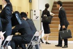 採用面接に訪れた就活生(1日、東京都渋谷区)